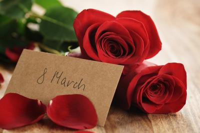 holidays_march_8_roses_red_petals